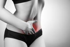 Donna con dolore addominale Dolore nel corpo umano immagini stock