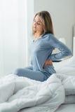 Donna con dolore alla schiena immagine stock