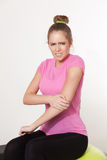 Donna con dolore del braccio Fotografia Stock Libera da Diritti
