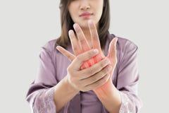 Donna con dolore della mano fotografia stock libera da diritti
