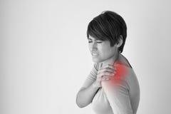 Donna con dolore della spalla fotografia stock