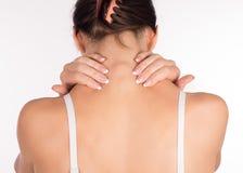 Donna con dolore della spalla e del collo e la lesione, vista posteriore, fine su, isolata su bianco fotografia stock