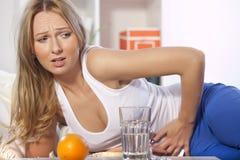 Donna con dolore di stomaco Fotografie Stock