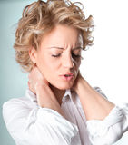 Donna con dolore nel suo collo fotografia stock