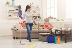 Donna con fare piazza pulita speciale dell'attrezzatura immagine stock