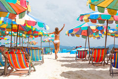 Donna con funzionamento sollevato armi sulla spiaggia Fotografia Stock
