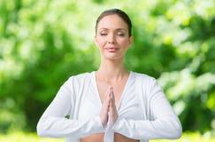Donna con gesturing chiuso di preghiera degli occhi immagine stock libera da diritti