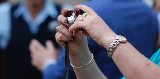 Donna con gioielli che fotografa con la macchina fotografica digitale Fotografia Stock