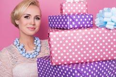 Donna con gioielli variopinti che tengono le grandi e piccole scatole attuali Colori morbidi Natale, compleanno, giorno di S. Val Fotografie Stock Libere da Diritti