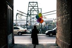 Donna con gli aerostati variopinti Immagini Stock Libere da Diritti