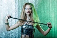Donna con gli anelli di trazione Fotografie Stock