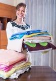 Donna con gli asciugamani dopo la lavanderia Immagini Stock