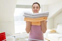 Donna con gli asciugamani e lo stendipanni di bagno a casa Immagine Stock Libera da Diritti