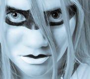 Donna con gli occhi intensi che guardano diritto nella macchina fotografica Fotografie Stock Libere da Diritti