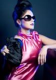 Donna con gli occhiali da sole e la borsa di modo Fotografia Stock