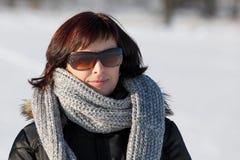 Donna con gli occhiali da sole senza trucco nell'orario invernale Immagine Stock Libera da Diritti