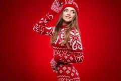 Donna con gli occhiali di protezione dello sci isolati su rosso Immagine Stock Libera da Diritti