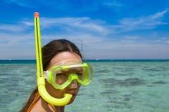 Donna con gli occhiali di protezione di immersione subacquea Immagine Stock