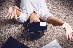 Donna con gli occhiali di protezione di realtà virtuale Isolato Priorità bassa bianca Manifestazione della donna dello studio un  Immagine Stock Libera da Diritti