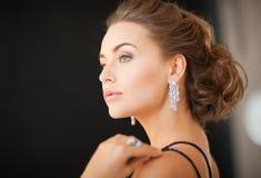 Donna con gli orecchini del diamante Fotografia Stock
