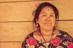 Donna con gli orecchini dorati nel Nepal Fotografie Stock