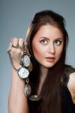 Donna con gli orologi della casella Immagine Stock