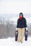 Donna con gli snowshoes Fotografia Stock Libera da Diritti