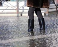 Donna con gli stivali ad alta marea a Venezia Fotografia Stock Libera da Diritti