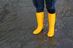 Donna con gli stivali ad alta marea a Venezia Fotografia Stock