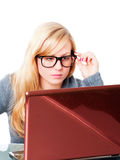 Donna con grande funzionamento di vetro sul calcolatore Immagini Stock