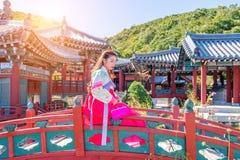 Donna con Hanbok in Gyeongbokgung, il vestito coreano tradizionale fotografie stock