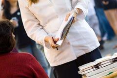 Donna con i appunti Immagine Stock