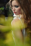 Donna con i bei capelli marroni lunghi. Portrai di arte Fotografie Stock