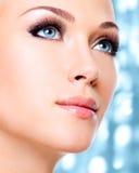 Donna con i bei occhi azzurri ed i cigli neri lunghi Fotografia Stock