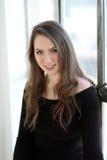 Donna con i capelli di Brown ed i bei occhi azzurri Fotografie Stock
