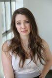 Donna con i capelli di Brown ed i bei occhi azzurri Fotografia Stock