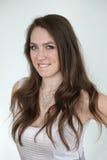 Donna con i capelli di Brown ed i bei occhi azzurri Immagini Stock