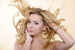 Donna con i capelli di volo Fotografia Stock