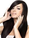 Donna con i capelli diritti lunghi di bellezza Immagini Stock Libere da Diritti