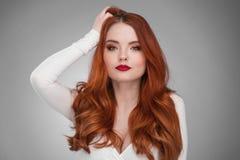 Donna con i capelli lunghi dello zenzero fotografia stock libera da diritti