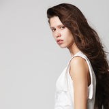 Donna con i capelli marroni lunghi di bellezza fotografia stock libera da diritti