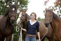 Donna con i cavalli immagine stock