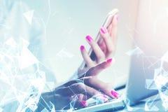 Donna con i chiodi rosa che tengono il doppio dello smartphone Fotografia Stock Libera da Diritti