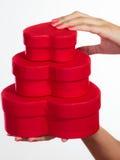 Donna con i contenitori di regalo a forma di del cuore rosso Fotografia Stock