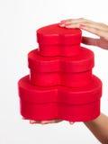Donna con i contenitori di regalo a forma di del cuore rosso Fotografia Stock Libera da Diritti