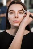 Donna con i cosmetici di contorno Fotografia Stock Libera da Diritti
