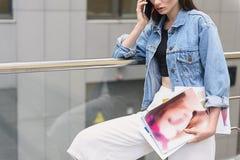 Donna con i disegni che stanno all'aperto Fotografia Stock Libera da Diritti