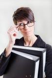 Donna con i dispositivi di piegatura Immagini Stock