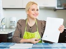 Donna con i documenti alla cucina Immagini Stock Libere da Diritti