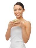 Donna con i fagioli del germoglio di mung Immagini Stock